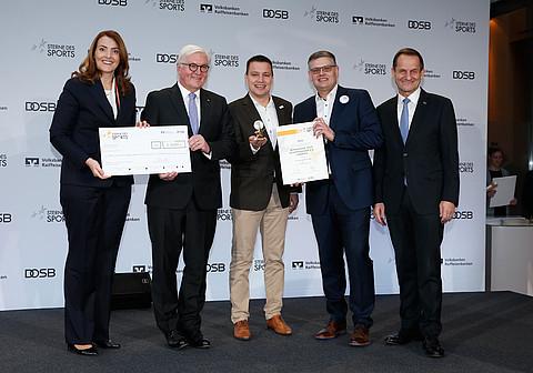 Ronny Kienert mit Vertretern der Volksbank und Dr. Frank-Walter Steinmeier und DOSB-Präsident Alfons Hörmann